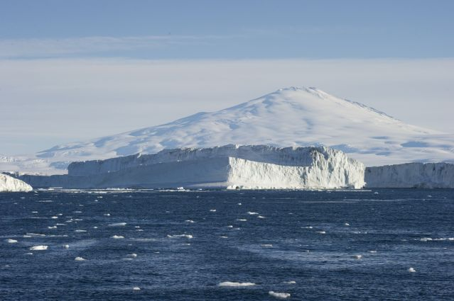 © Fred Van Olphen/Oceanwide Expeditions - Le mont Erebus vu depuis la Mer de Ross - Antarctique