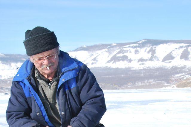 Irina baranova - pêcheur sur le lac baikal gelé - russie