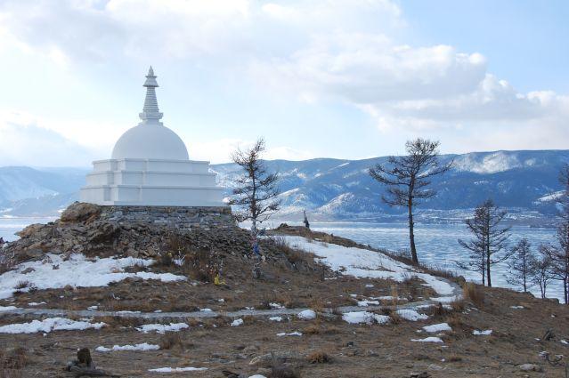 Irina baranova - stupa bouddhiste sur l île ogoy au milieu du lac