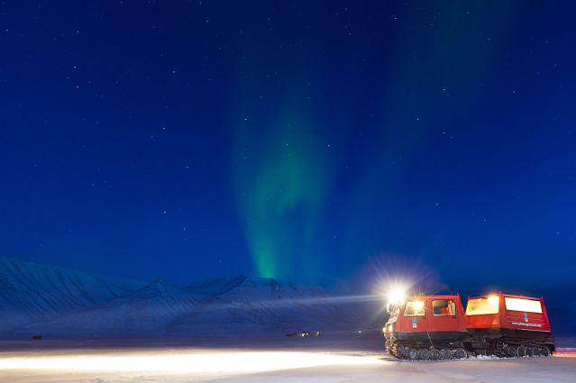 Snowcat sous aurore boréale - Spitzberg - Norvège